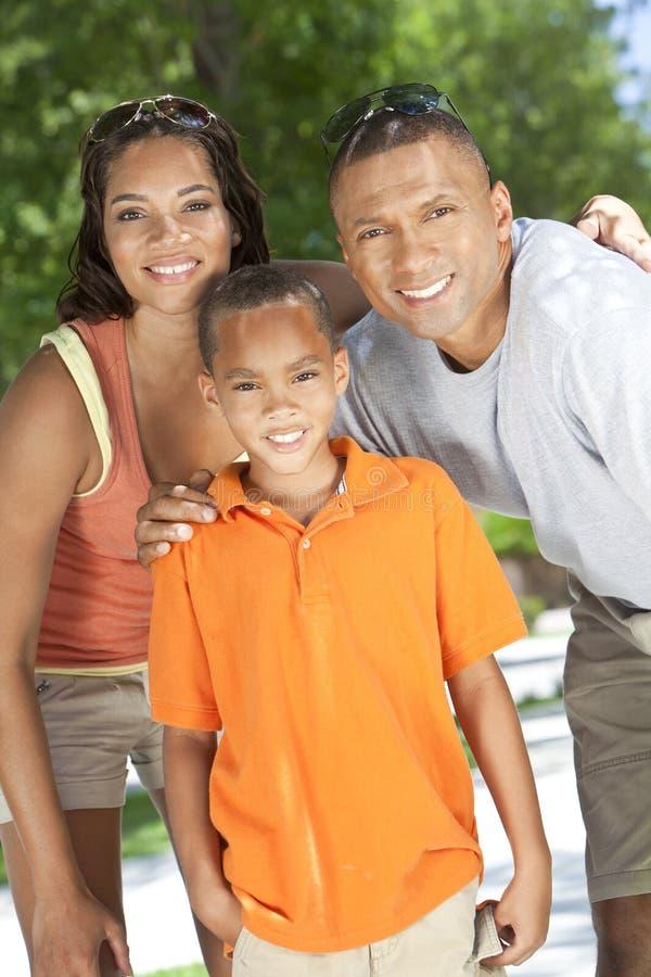 afrikansk amerikanpojken uppfostrar sonen royaltyfri foto