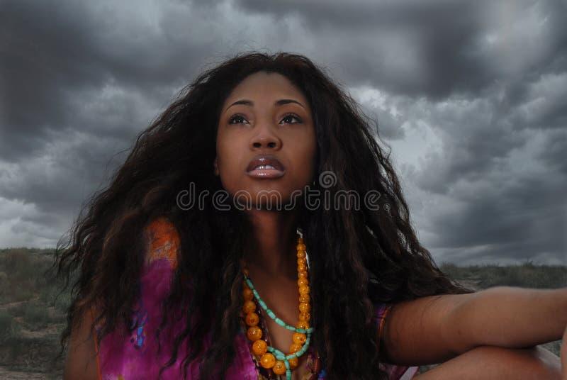 afrikansk amerikansafarien sitter kvinnan royaltyfri bild