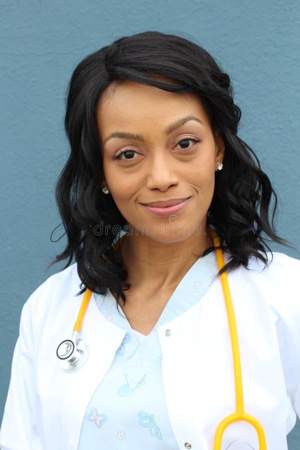 Afrikansk amerikansjukvårdprofessionell med labblaget arkivfoto
