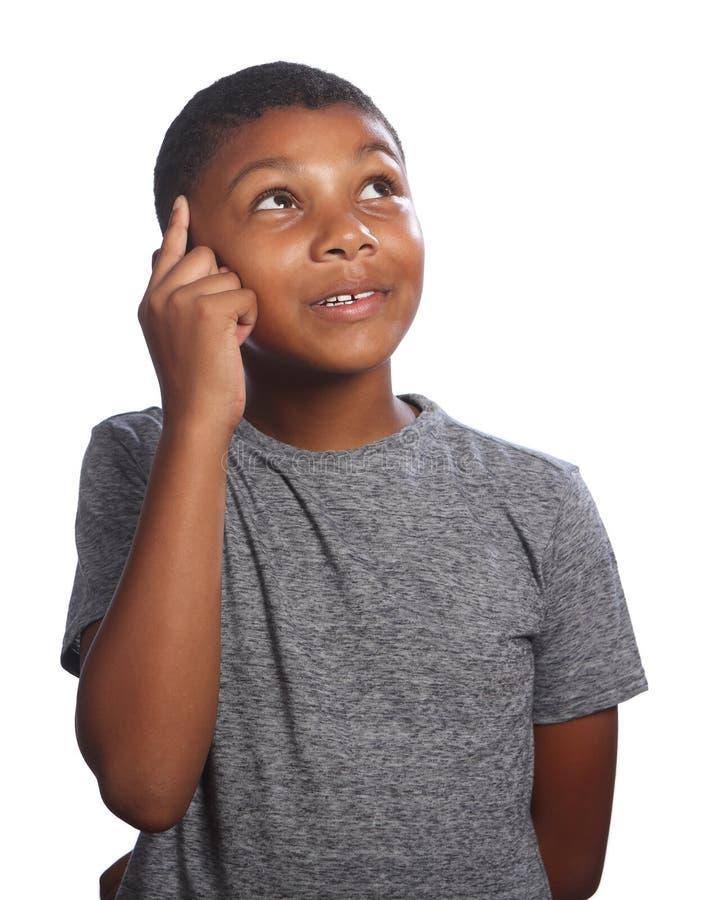 Afrikansk amerikanskolapojke som ser tänka upp arkivfoton