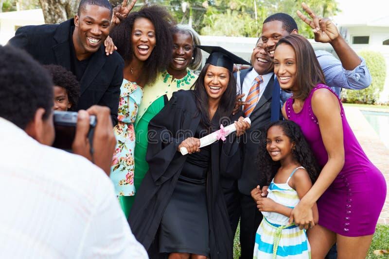 Afrikansk amerikanstudent Celebrates Graduation fotografering för bildbyråer