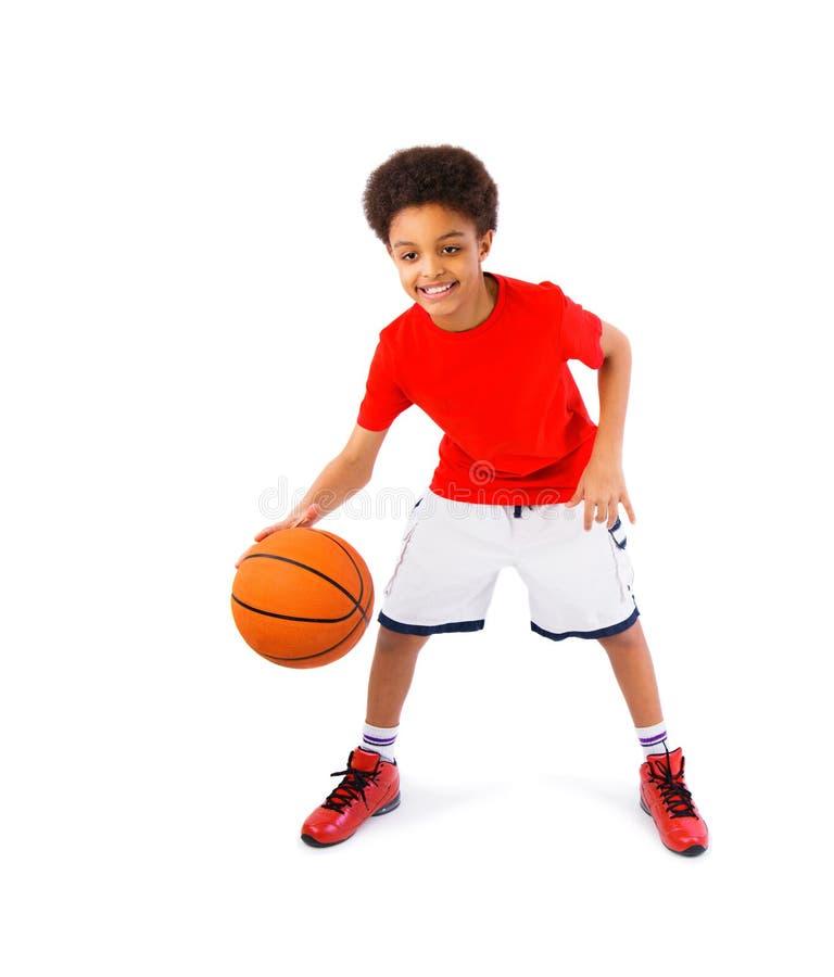 Afrikansk amerikantonåring som spelar basket arkivbild