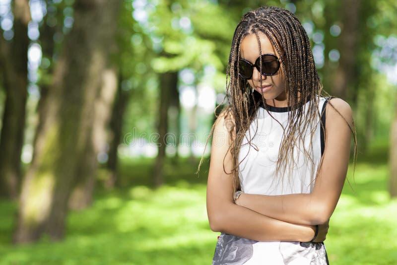 Afrikansk amerikantonåringflicka med överflöd av långa Dreadlocks arkivfoton
