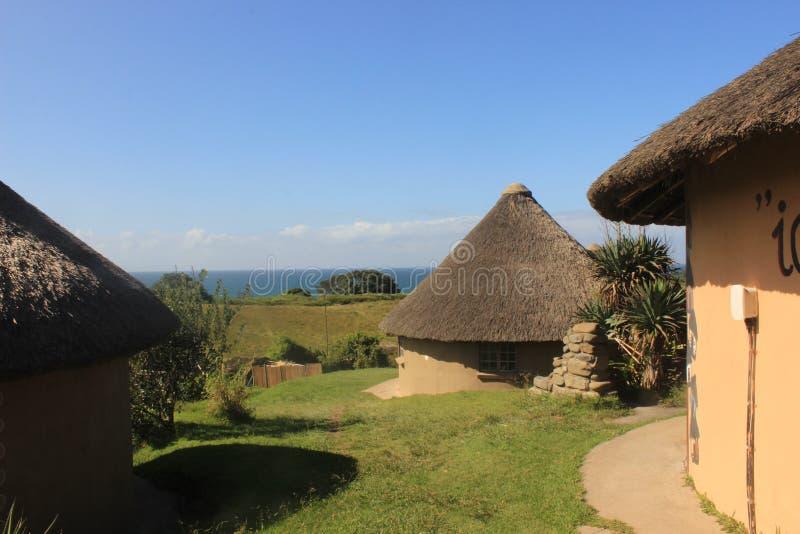 Afrikansk by för liten xhosastam nästan den Mdumbi kusten i Sydafrika, östlig udde, lös kust arkivfoton