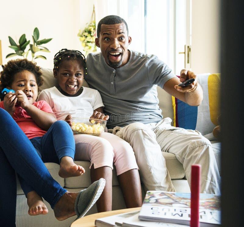 Afrikansk familj som tillsammans spenderar tid royaltyfri bild