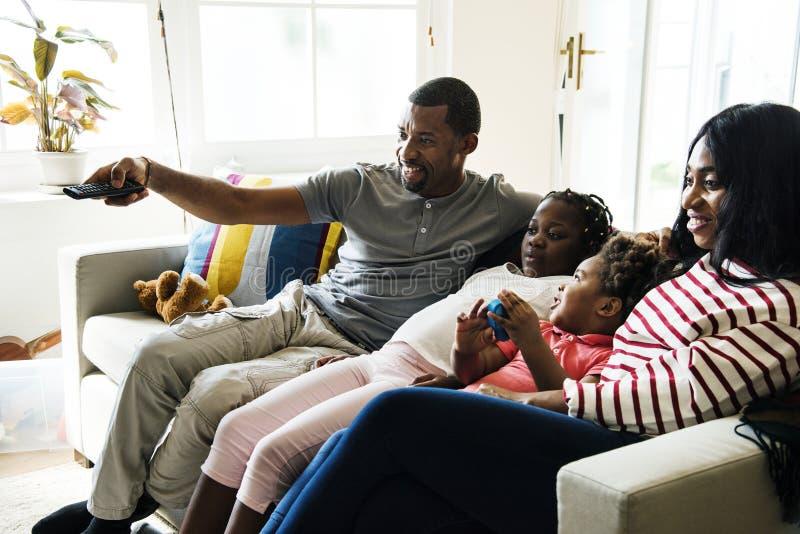 Afrikansk familj som tillsammans spenderar tid arkivfoto