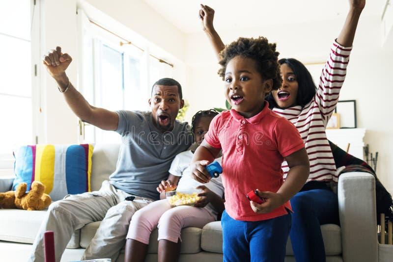 Afrikansk familj som tillsammans spenderar tid royaltyfria bilder