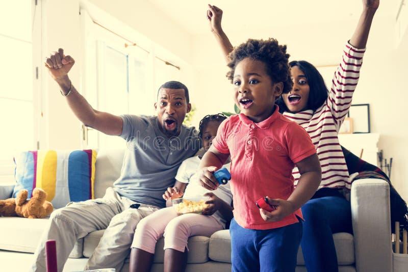 Afrikansk familj som tillsammans spenderar tid hemma arkivfoton