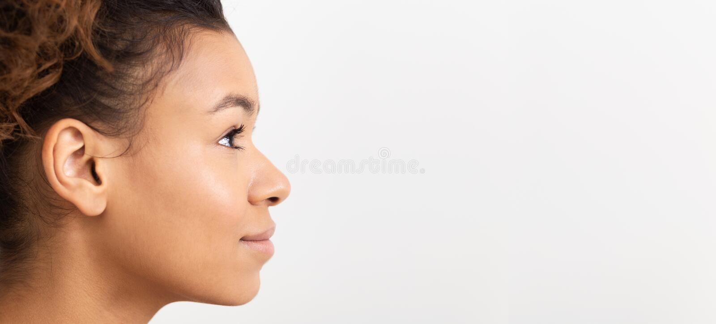 Afrikansk flicka i profil på vit bakgrund arkivbilder