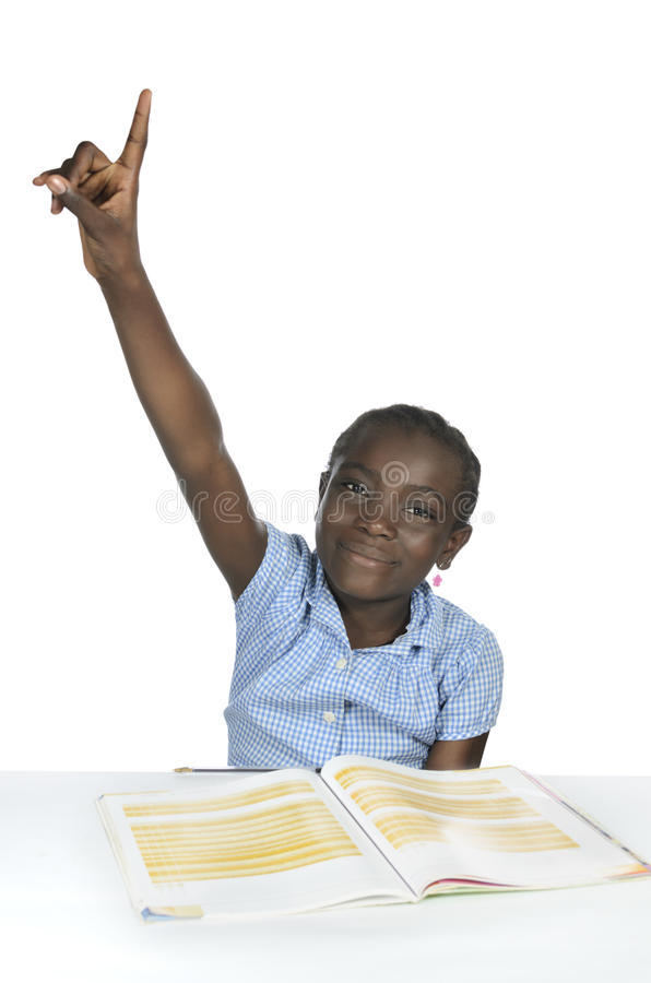 Afrikansk flicka med textboken i skola arkivbilder