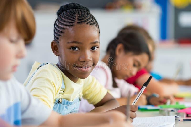 Afrikansk flicka på grundskolan arkivfoto