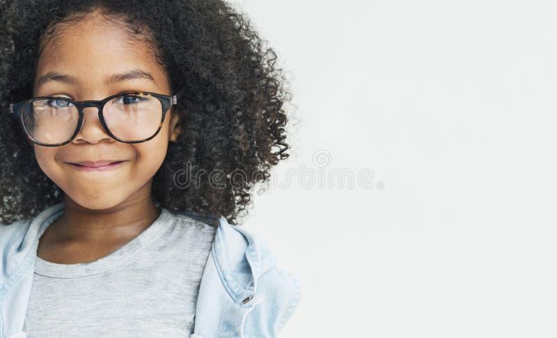Afrikansk flicka som ler Retro rolig lycka royaltyfria foton