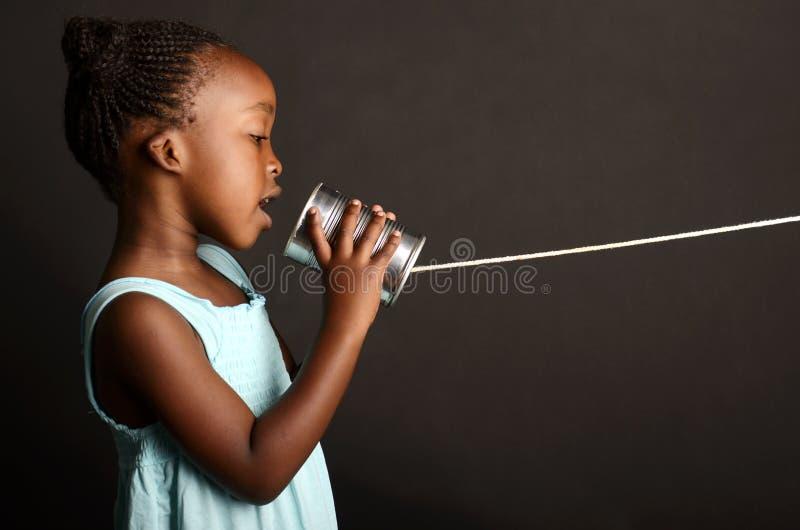 Afrikansk flicka som meddelar arkivfoto