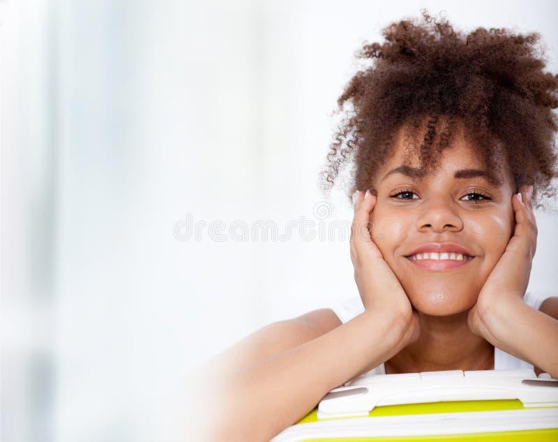 Afrikansk flickatonåringstående av closeupframsidan arkivbilder
