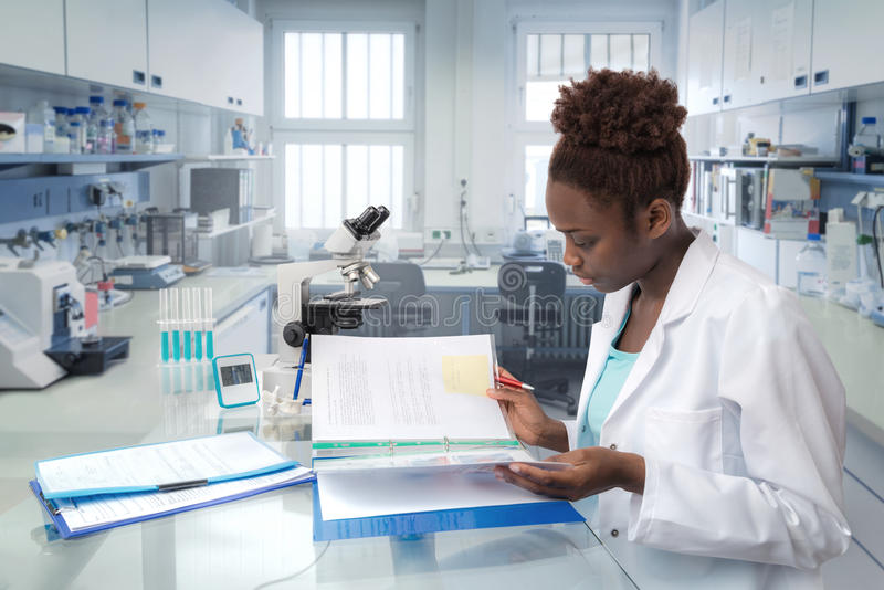 Afrikansk forskare, medicinsk arbetare eller tech i modernt laboratorium arkivbild