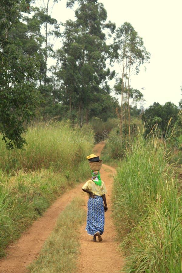 afrikansk gå kvinna fotografering för bildbyråer