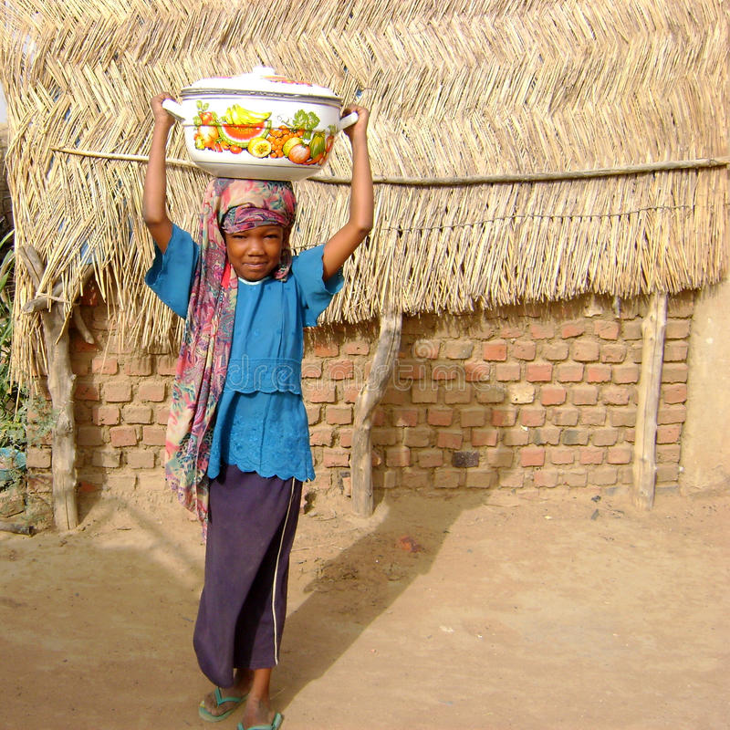 afrikansk ghana flicka som tar vatten royaltyfria bilder