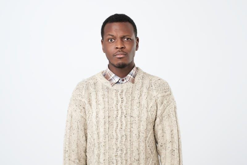 Afrikansk grabb i tröjan som ser kameran arkivbild