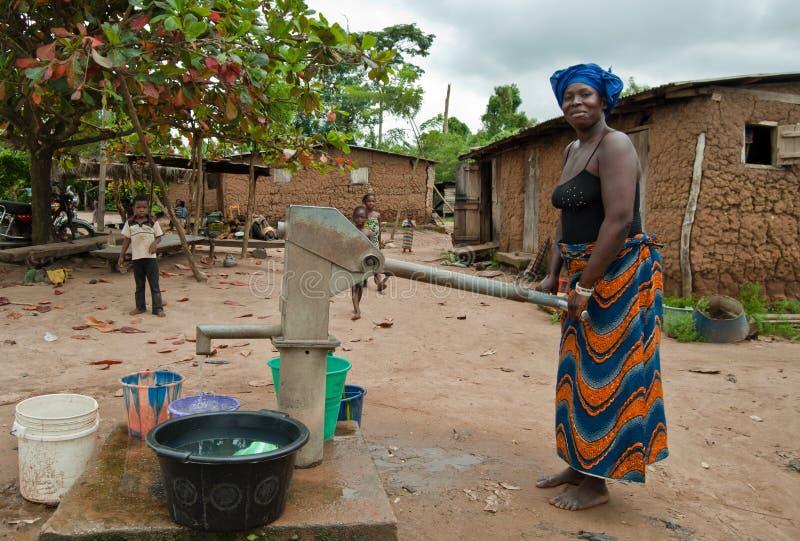 afrikansk hämtande vattenkvinna royaltyfria bilder