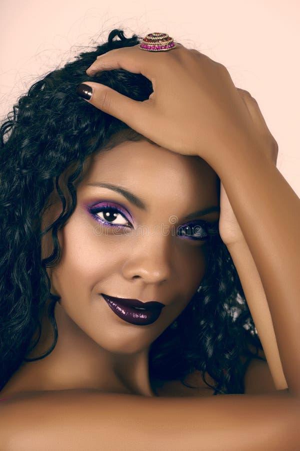 afrikansk härlig lockig hårkvinna arkivfoto