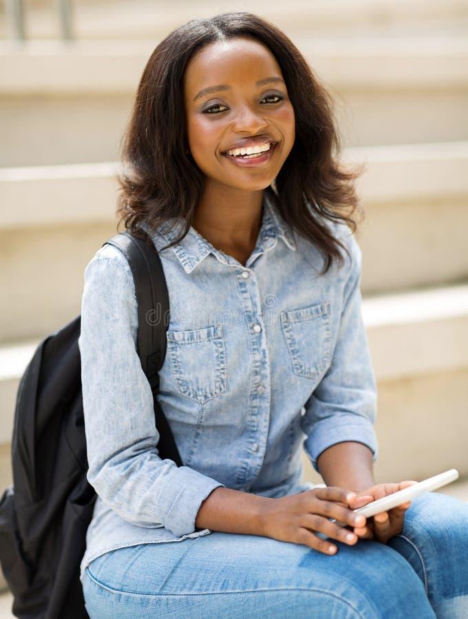 Afrikansk högskolestudenttelefon arkivbild