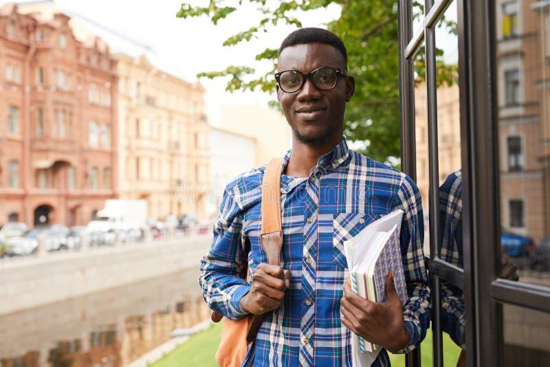afrikansk h?gskolestudent royaltyfri fotografi