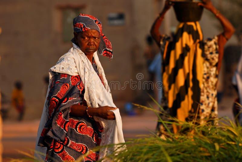 afrikansk kvinna för blå red royaltyfri fotografi