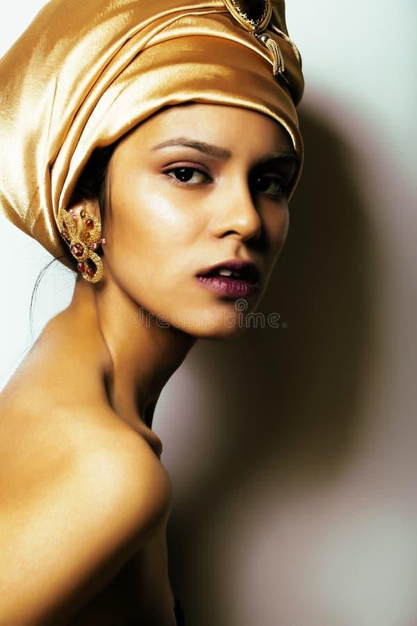 Afrikansk kvinna för skönhet i sjal på huvudet, mycket elegant blick med guld- smyckenslut upp mörk afro för mulatt royaltyfri bild