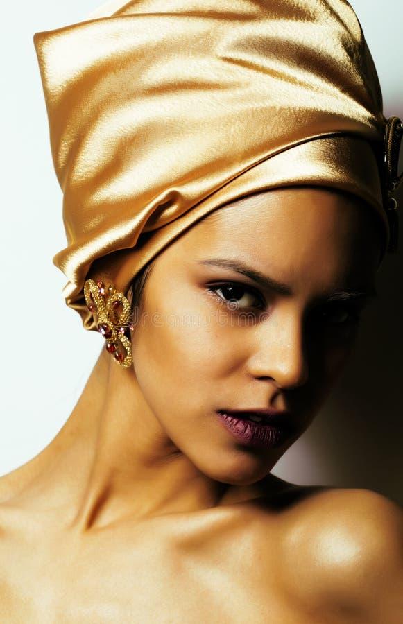 Afrikansk kvinna för skönhet i sjal på huvudet, mycket elegant blick med guld- smyckenslut upp mörk afro för mulatt fotografering för bildbyråer
