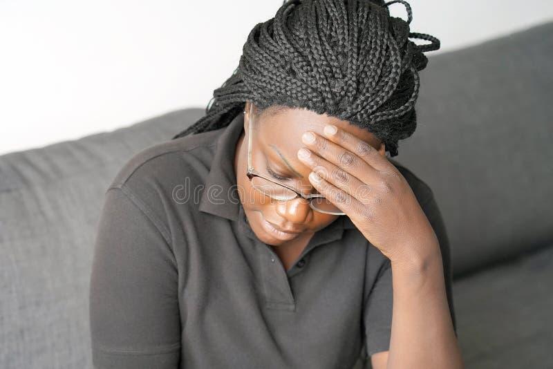 Afrikansk kvinna i sorg royaltyfri fotografi