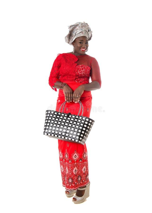 Afrikansk kvinna i traditionella kläder med totopåsen isolerat royaltyfri bild