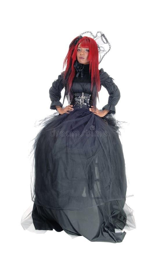 Afrikansk kvinna i viktoriansk svart klänning royaltyfri bild