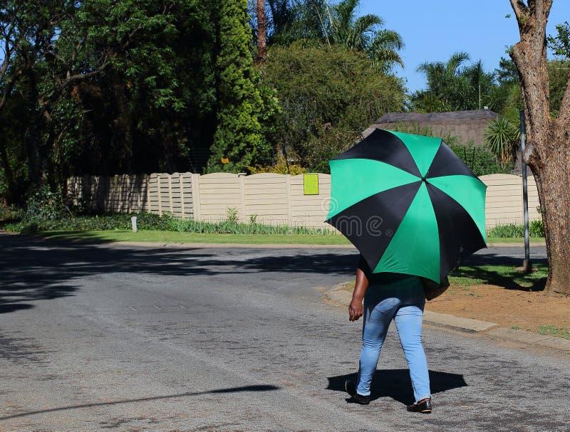 Afrikansk kvinna med det färgrika paraplyet fotografering för bildbyråer