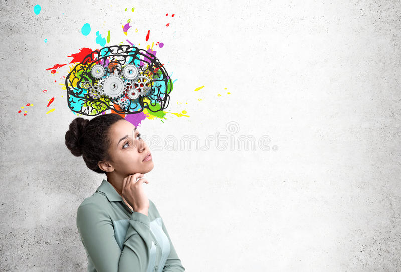 Afrikansk kvinna och hjärna med kugghjul arkivbilder