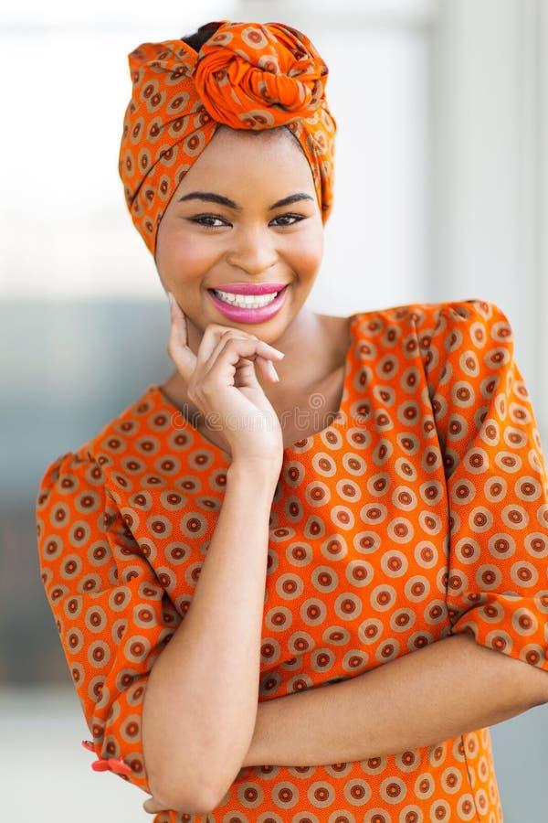 Afrikansk kvinna som bär traditionell dress royaltyfri bild