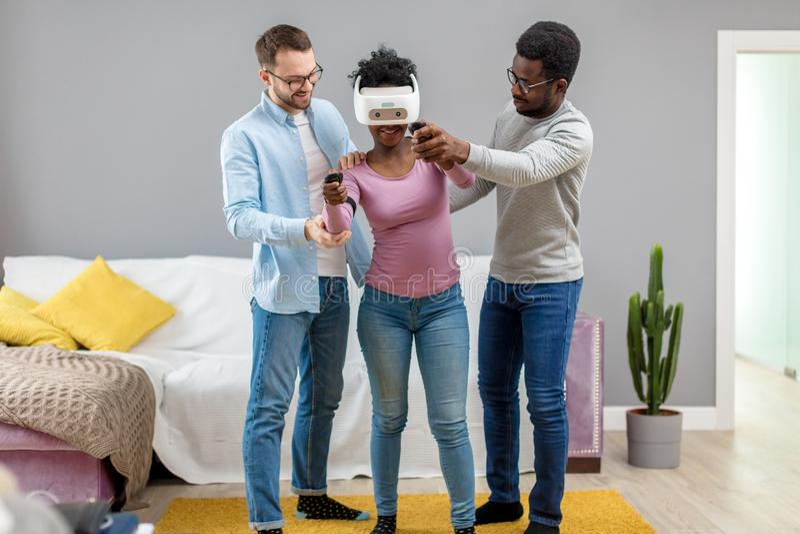 Afrikansk kvinna som för första gången försöker på virtuell verklighetexponeringsglas fotografering för bildbyråer