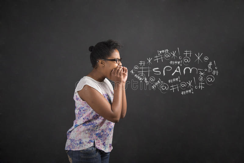 Afrikansk kvinna som ropar eller skriker på svart tavlabakgrund royaltyfria bilder