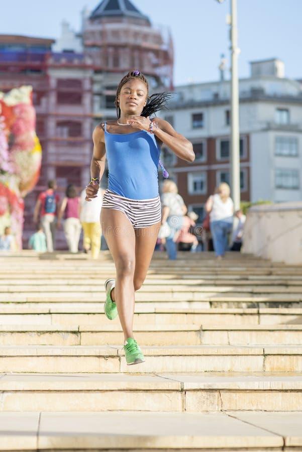 Afrikansk kvinnaspring för härlig sport i gatan, vård- livsstil c fotografering för bildbyråer