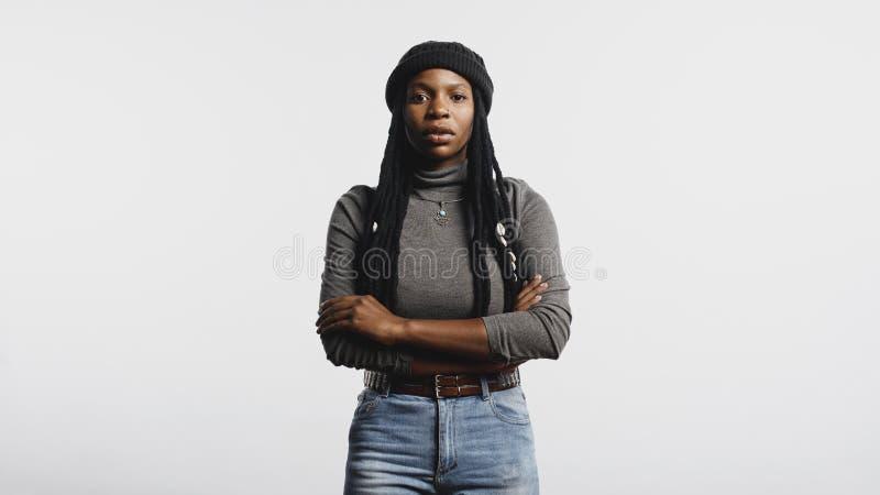 Afrikansk kvinnlig med långa dreadlocks arkivbild
