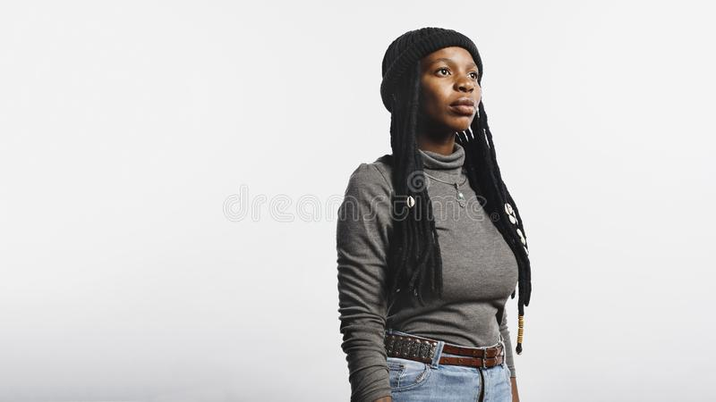 Afrikansk kvinnlig med långa dreadlocks fotografering för bildbyråer