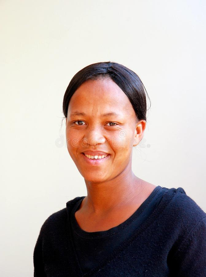 afrikansk le kvinna royaltyfria foton