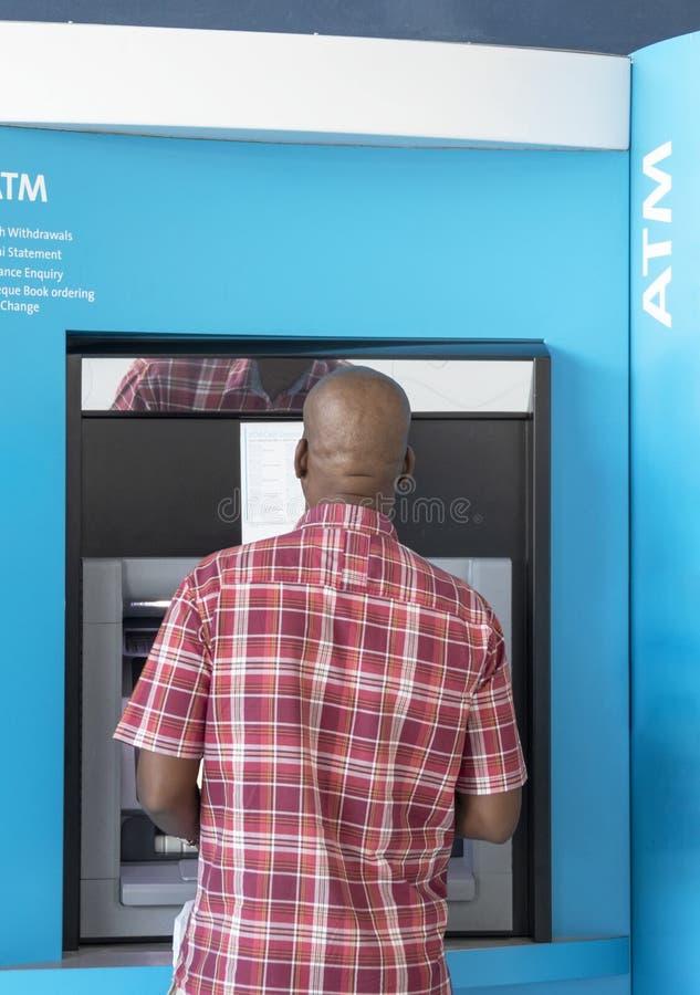 Afrikansk man ATM arkivbild