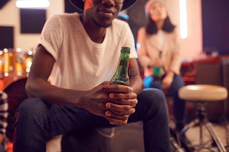 Afrikansk man Holding Beer Bottle royaltyfria foton