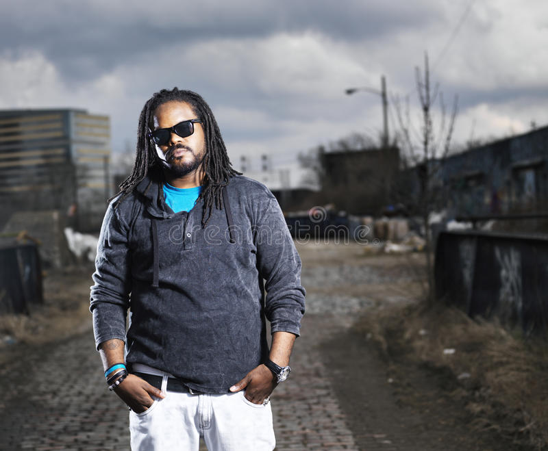Afrikansk man i stads- stående. royaltyfri foto