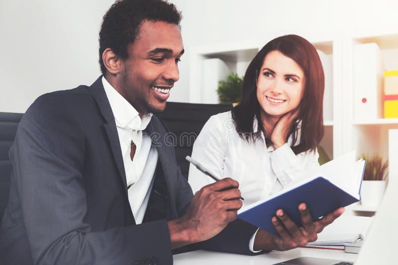 Afrikansk man och hans kollega i ett kontor royaltyfri foto