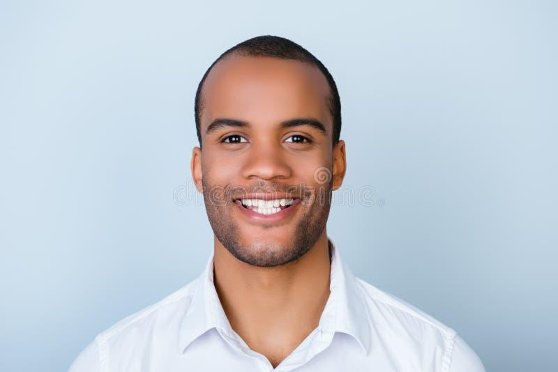 Afrikansk manbankir för lyckad upphetsad ung mulatt med borstet arkivbild