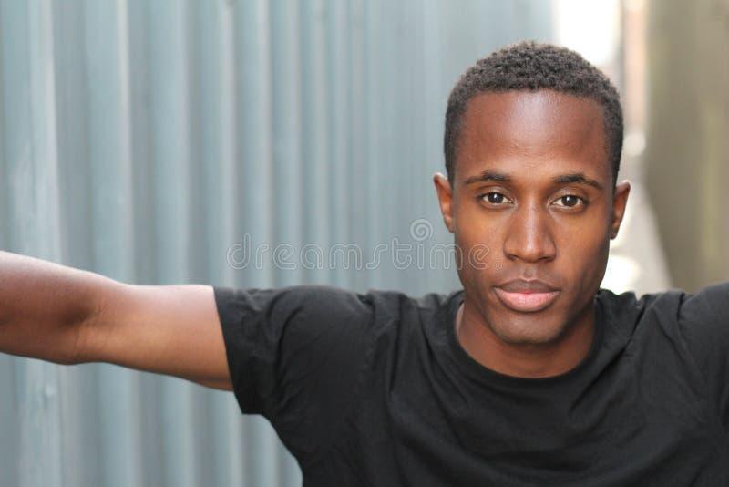 Afrikansk manbenägenhet för höft på en vägg royaltyfri foto
