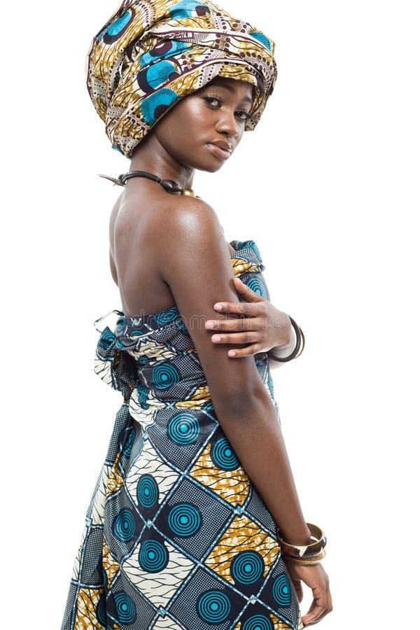 Afrikansk modemodell på vit bakgrund. arkivfoton