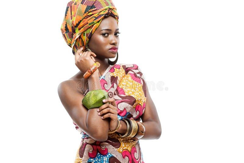 Afrikansk modemodell på vit bakgrund. royaltyfri foto