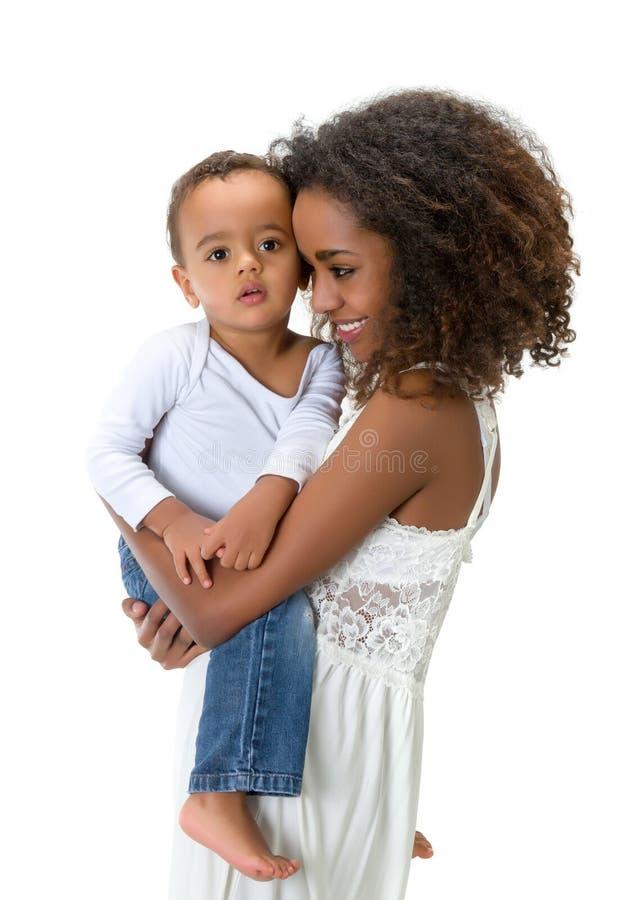 Afrikansk moderbindning med lilla barnet arkivbild